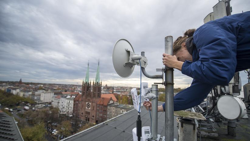 Die Freifunk-Initiative installiert Funkantennen in Berlin-Kreuzberg.