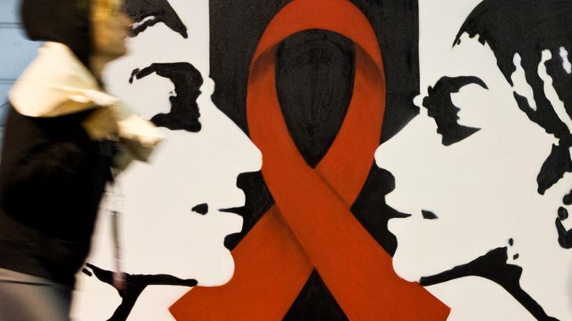 Ein Poster mit der Roten Schleife, dem Symbol zur Solidarität mit HIV-Infizierten