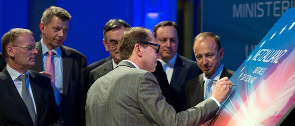 Der Bundesminister für Verkehr und digitale Infrastruktur, Alexander Dobrindt (CSU) bei einem Treffen der Netzallianz.