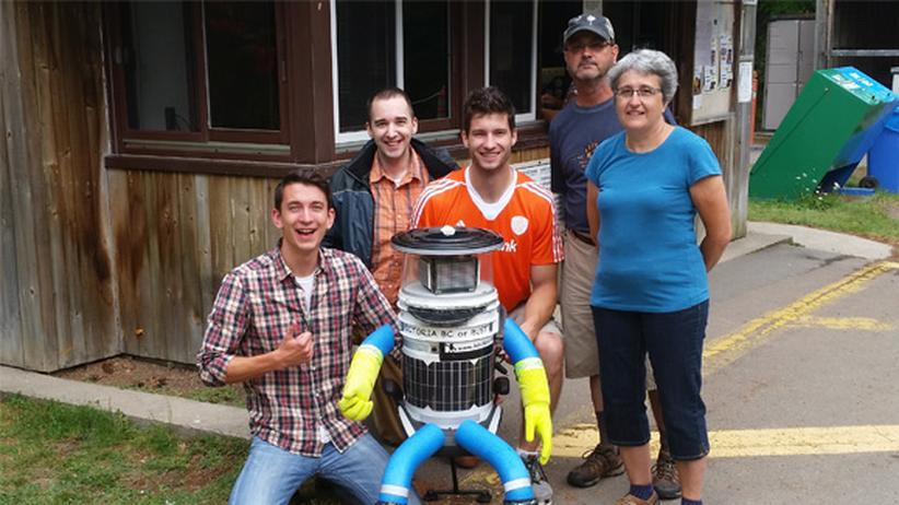 Jahresrückblick: Jean-Pierre Brien (im orangen Trikot) , seine Freunde Kyle Sauvé (vorne links) und Keith Campbell (hinten links) sowie das Eehepaar Brian und Pam Saunier – und hitchBOT