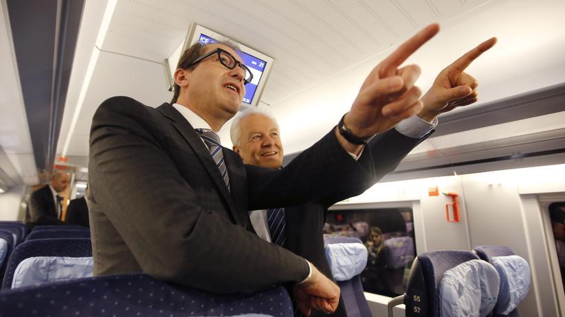 Bundesverkehrsminister Alexander Dobrindt (links) zusammen mit dem Chef der Deutschen Bahn, Rüdiger Grube, in einem ICE