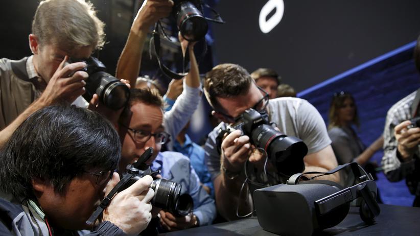 Journalisten umringen die Oculus Rift bei der Präsentation in San Francisco.