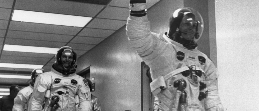 Neil Armstrong führt die Crew von Apollo 11 kurz vor dem Flug zum Mond an.