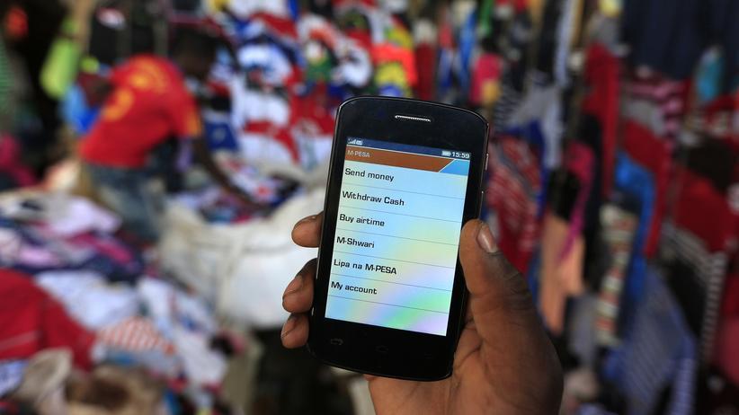 Scoring: Immer mehr Menschen in Afrika nutzen mobiles Banking.
