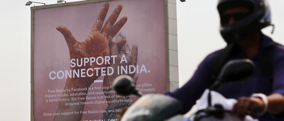 Facebook wirbt mit riesigen Plakaten in Mumbai für Free Basics.