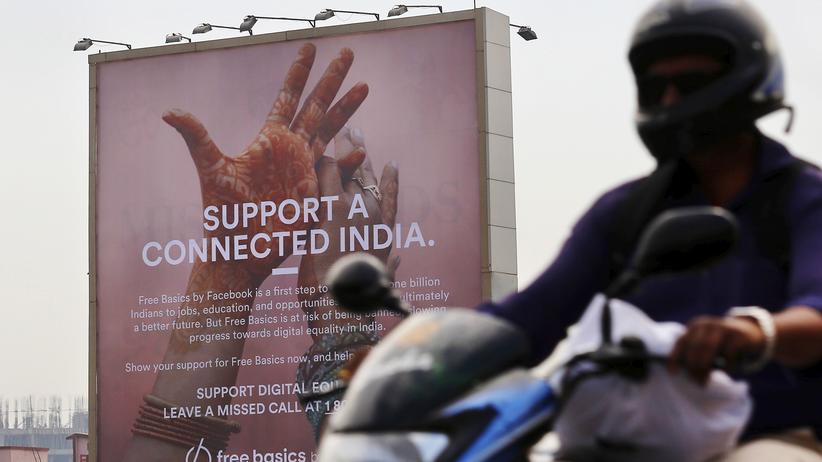 Facebook: Facebook wirbt mit riesigen Plakaten in Mumbai für Free Basics.