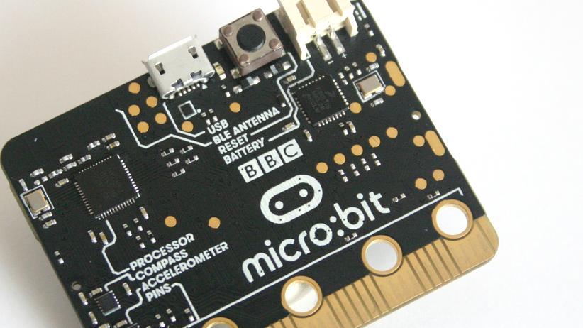 In Großbritannien bekommen Schüler den Bastelcomputer Micro:Bit ausgehändigt.