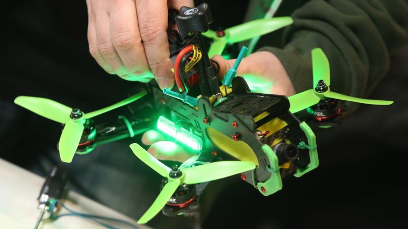 Cebit: Ein Teilnehmer des Drohnen-Racings auf der Cebit bereitet sein Fluggerät vor.