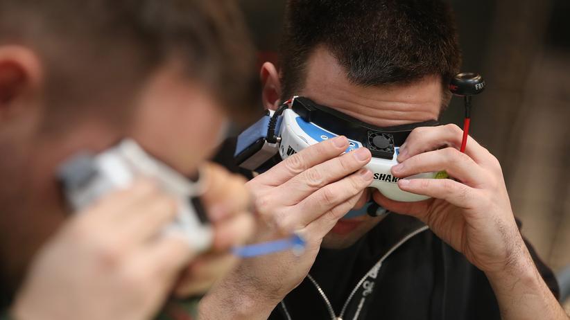 Drohnenpilot mit FPV-Brille auf der Cebit