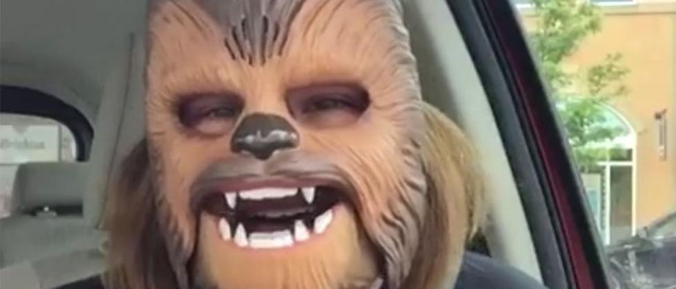 Eine Chewbacca-Maske kann schon sehr glücklich machen.