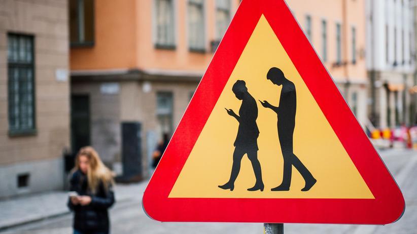 Auch das ist die Zukunft: Schilder warnen vor Smartphone-Nutzern.