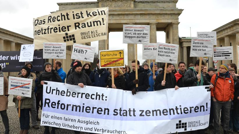 "Leistungsschutzrecht: ""Abmahnwache"" gegen das damals noch nicht beschlossene Leistungsschutzrecht im März 2013 vor dem Brandenburger Tor"