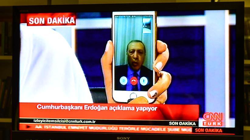Türkei: Ein entscheidender Moment während des Putschversuchs: Der türkische Präsident Erdoğan meldet sich per FaceTime bei CNN-Türk.
