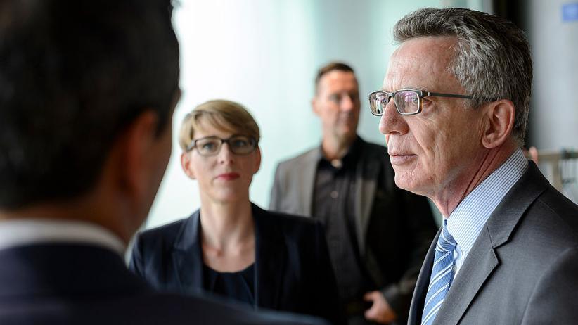 Innenminister de Maizière zu Besuch im Berliner Facebook-Büro