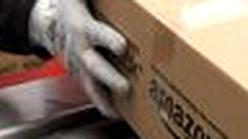 Transparenz:Ein Amazon-Mitarbeiter bearbeitet eine Bestellung