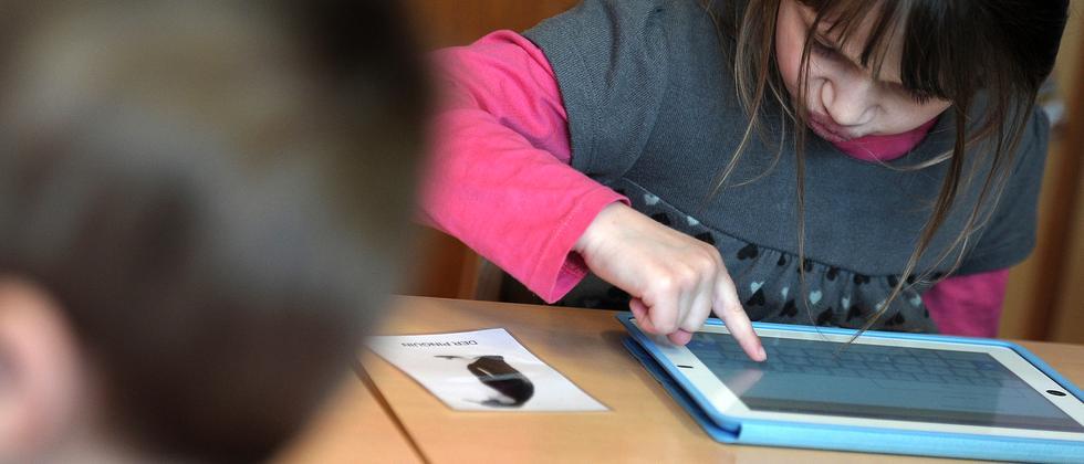 Schülerin mit iPad