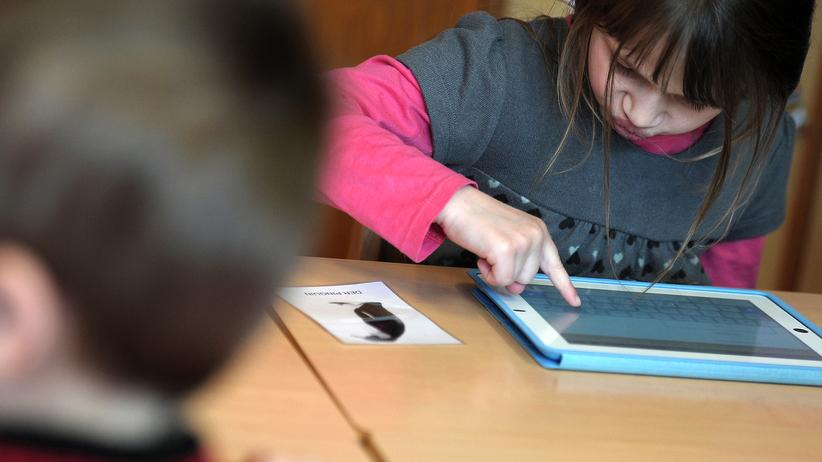 Bildung: Schülerin mit iPad