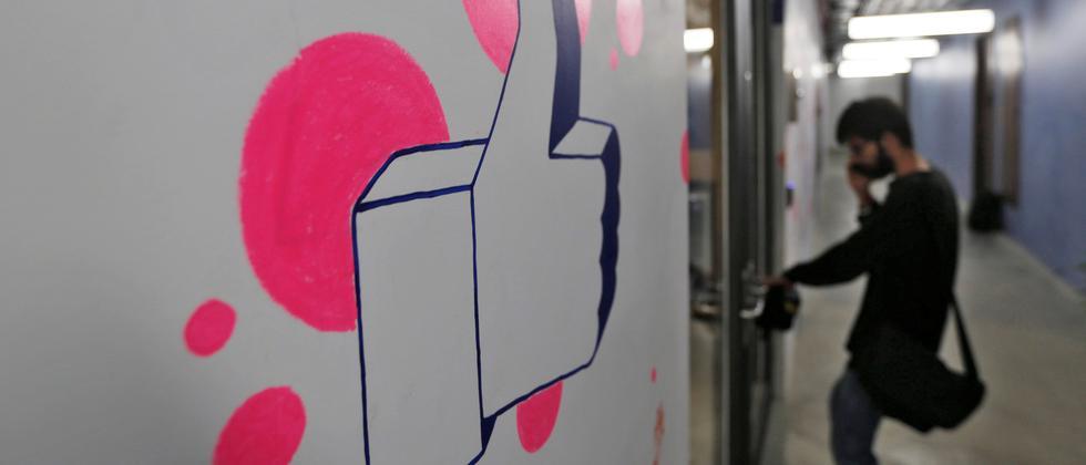 """Egal wie absurd die Nachricht sein mag: Auf Facebook bekommt alles den """"Daumen hoch""""."""