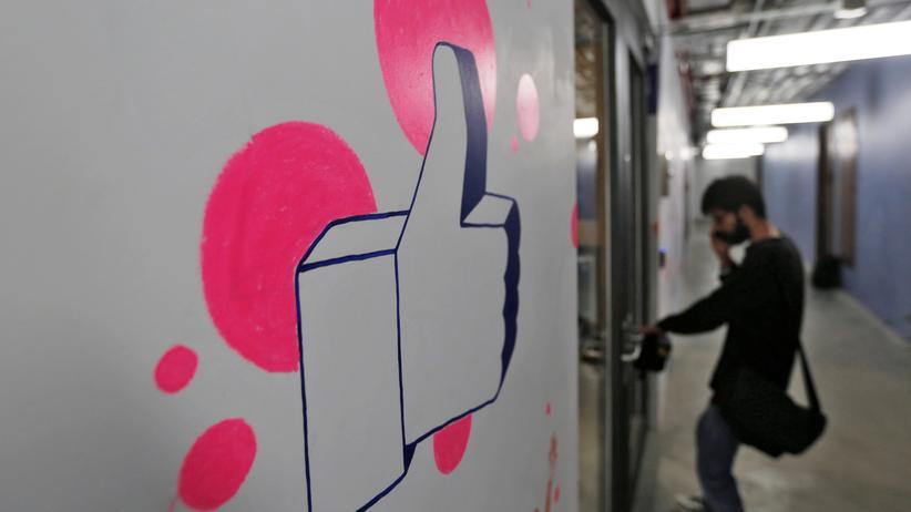 """Facebook: Egal wie absurd die Nachricht sein mag: Auf Facebook bekommt alles den """"Daumen hoch""""."""