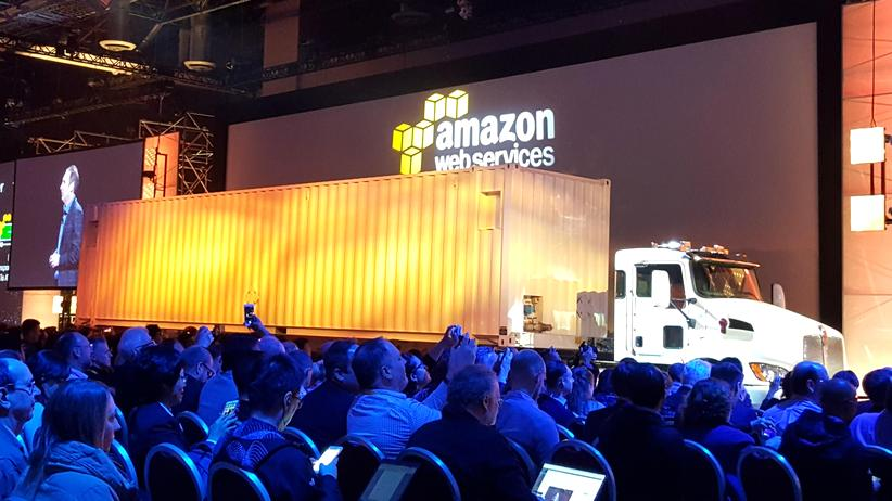 Amazon: Dieser Lkw transportiert Daten in die Cloud