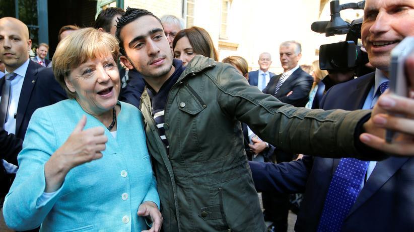 10. September 2015: Anas Modamani macht ein Selfie mit Angela Merkel