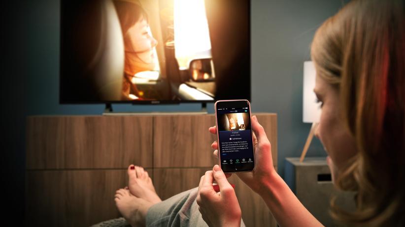 Das Smartphone wird bei Internet-TV-Anbietern wie Waipu.tv, Zattoo und Magine zur Fernbedienung.