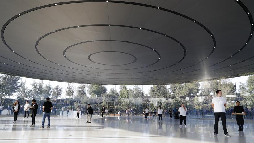 Der Eingang zum Steve Jobs Theater
