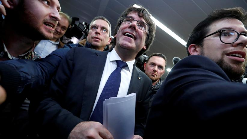 Carles Puigdemont darf sich unter Auflagen frei bewegen.