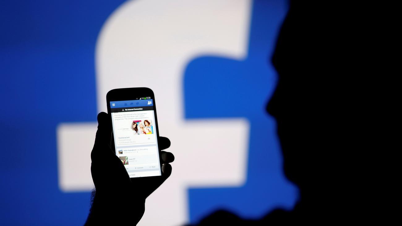 Soziale Netzwerke: Facebook und Twitter löschen mehr, auch ohne Gesetz