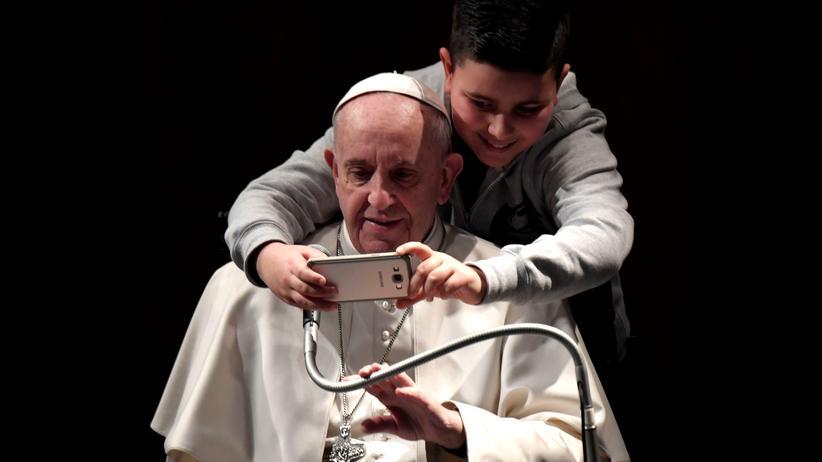 Künstliche Intelligenz: Noch macht der Papst nur Selfies und berichtet nicht an die Gott-KI im Smartphone.