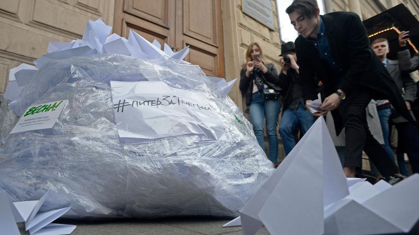 Telegram: Aktivisten laden Papierflieger vor der Zentrale der Medienaufsichtsbehörde Roskomnadsor ab.