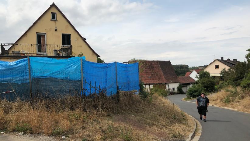 YouTuber Drachenlord: Rainer Winkler läuft die Dorfstraße hoch zu seinem Haus.