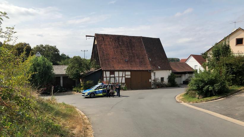 YouTuber Drachenlord: Die Polizei kontrolliert eine Gruppe junger Männer in Altschauerberg.