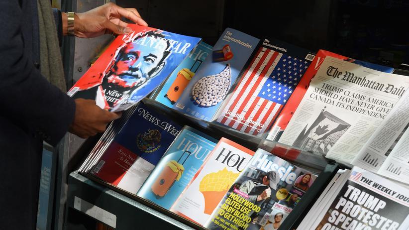 Fake-News: Ein Zeitungsstand in New York, der mit ungewöhnlichen Publikationen auf Desinformationen aufmerksam machen will