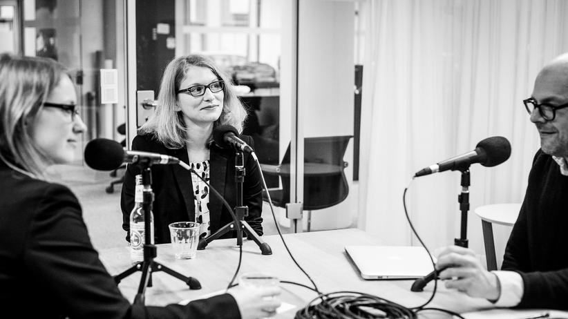 Autonome Waffen: Wie werden wir künftig Kriege führen, Frau Dahlmann? Bei der Aufnahme des Podcast in der Berliner Redaktion von ZEIT ONLINE (von links): Lisa Hegemann, Anja Dahlmann und Dirk Peitz