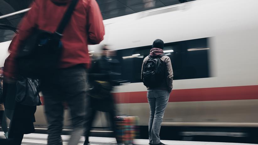 David Kriesel: Ein ICE fährt am Berliner Hauptbahnhof ein. Der zählt laut einer Datenauswertung zu den Bahnhöfen in Deutschland, an dem Züge relativ pünktlich sind.