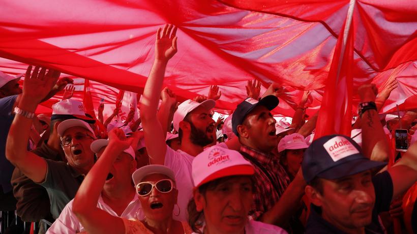 """Chaos Computer Club: Überdacht und überwacht? Protestierende in der Türkei beim """"Marsch der Gerechtigkeit"""" 2017."""