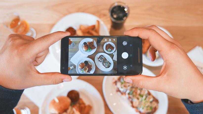 Onlinebewertungen: Manche fotografieren ihr Essen nicht nur für soziale Netzwerke, sondern posten es auch als Referenz für eine Onlinebewertung auf Plattformen wie Google Maps oder Yelp.