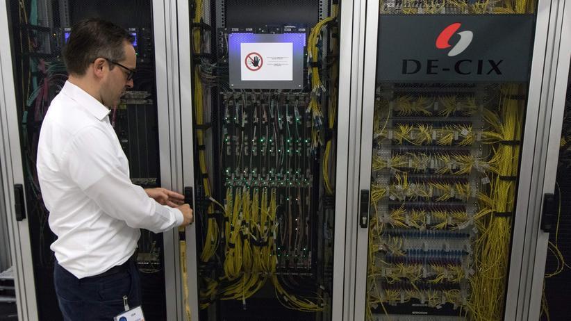 Internet: Thomas King vor einem Serverschrank des De-Cix (Bild von 2018)