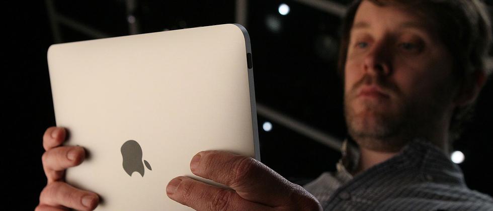 Kritische Blicke eines der Besucher der Apple-Keynote, auf der das iPad vorgestellt wurde