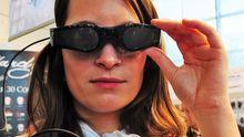 Cinemizer Plus heißt diese Videobrille, die beispielsweise an einen iPod angeschlossen werden kann, um darauf gespeicherte Filme zu betrachten