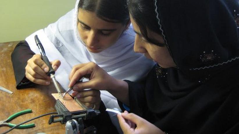 Zwei Mädchen lernen im FabLab löten