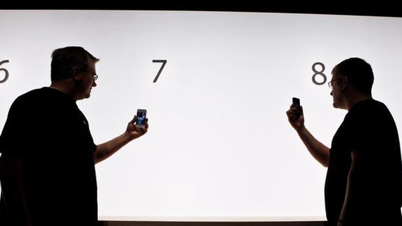 """Videotelefonie: Zwei Mitarbeiter von Apple demonstrieren auf der Entwickler Konferenz in San Francisco das Programm """"Facetime"""", das auf dem neuen iPhone 4 laufen wird"""