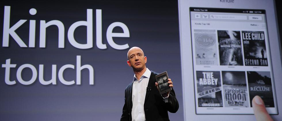 Amazon-Gründer Jeff Bezos stellt den Kindle Touch vor.