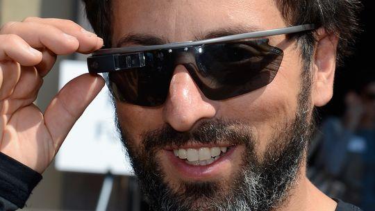 Google Glass hat eigentlich keine Brillengläser, gemeint ist damit nur der Rahmen und die Kamera.