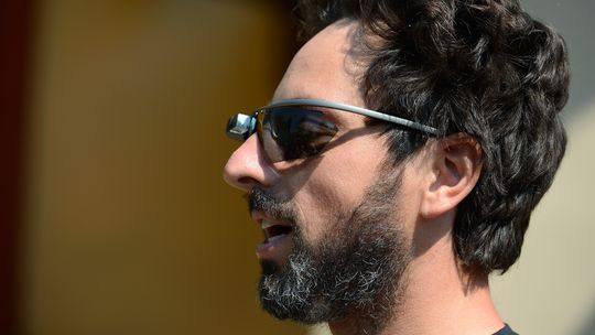 Google-Chef Sergey Brin mit Google Glass, hier mit Sonnenschutzgläsern