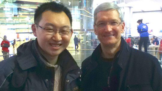 Apple-Chef Tim Cook bei seinem Besuch im Apple-Store in Peking. Neben ihm ein Kunde des Ladens.