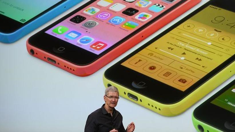 Tim Cook vor einem Bild mit den neuen iPhones der Reihe 5C
