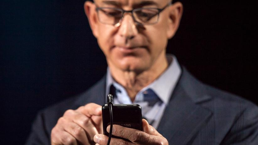 Amazon-Chef Jeff Bezos mit dem Fire Phone