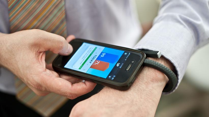 Fitness-Tracker: Fitness-Armband und iPhone (Archivbild von 2013)